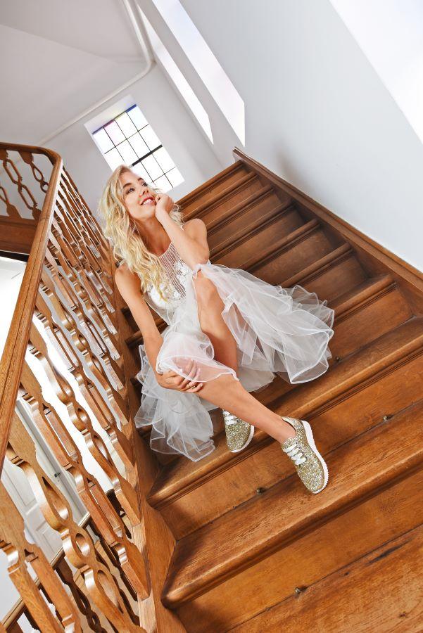 Goldene Glitzer-Sneaker für Bräute Brautmoden mit Herz